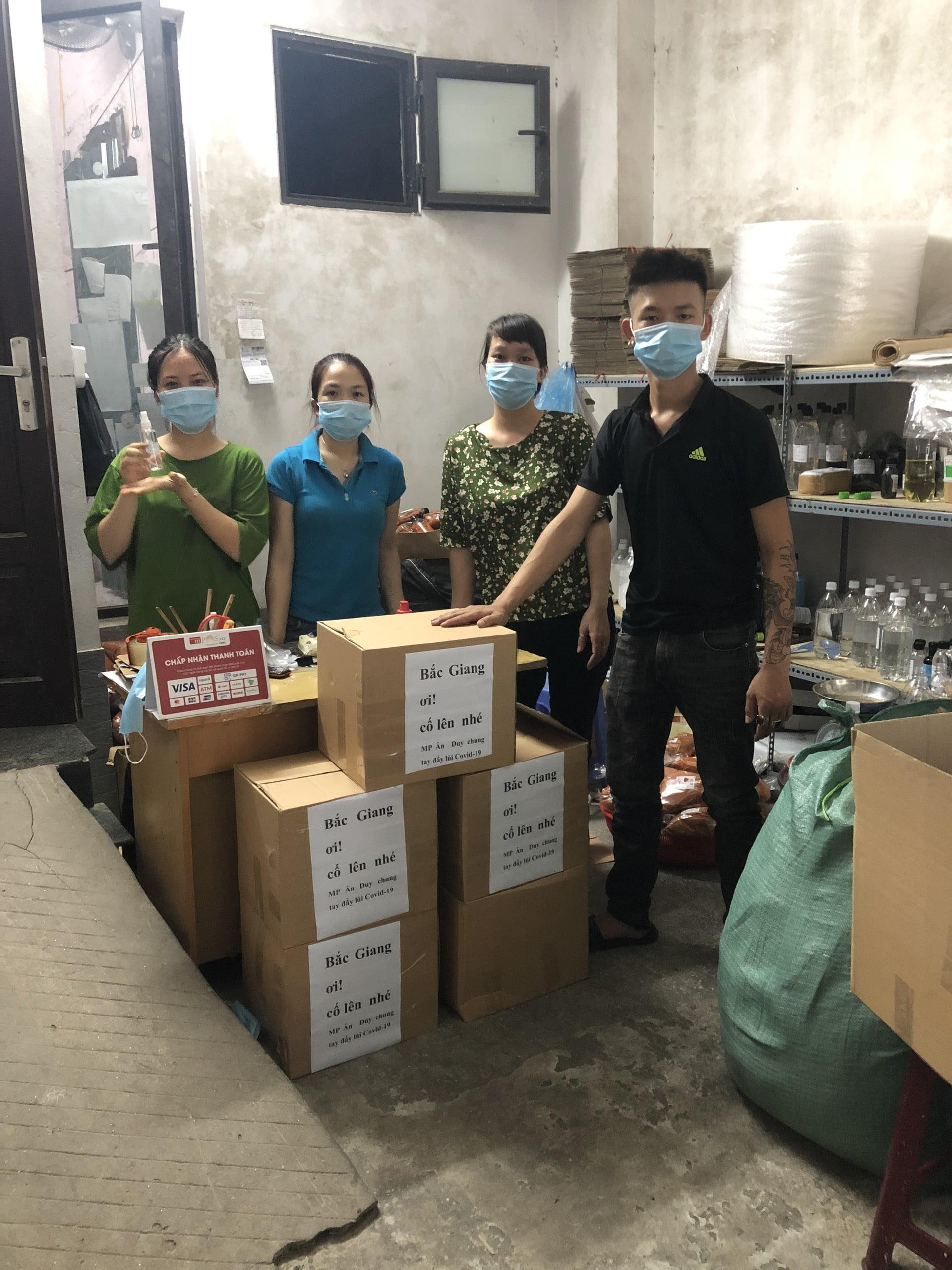 Ân Duy tặng 500 chai xịt khuẩn khô hỗ trợ Bắc Gang chống dịch