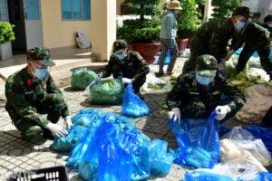 Các chú bộ đội, lực lượng chức năng đi chợ hộ cho bà con Sài Gòn